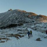 Zimní Sněžka v obležení turistů z Krkonoš
